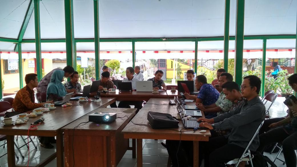 Para peserta admin website desa sedang memperhatikan arahan dari narasumber. Dokumentasi Tim PUSPINDES